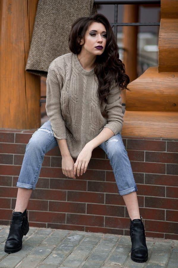 在乡村模式的春天 少妇全长画象白色的编织了站立在r前面的毛线衣和毛
