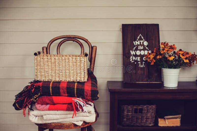 在乡间别墅的秋天 与舒适毯子和花的季节性土气装饰 库存照片