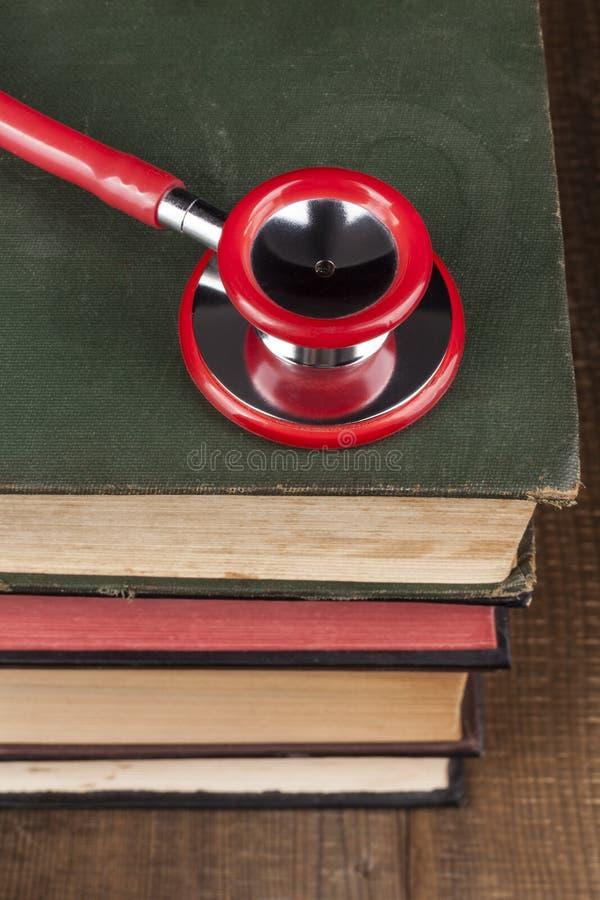 在书堆的红色听诊器 免版税库存图片
