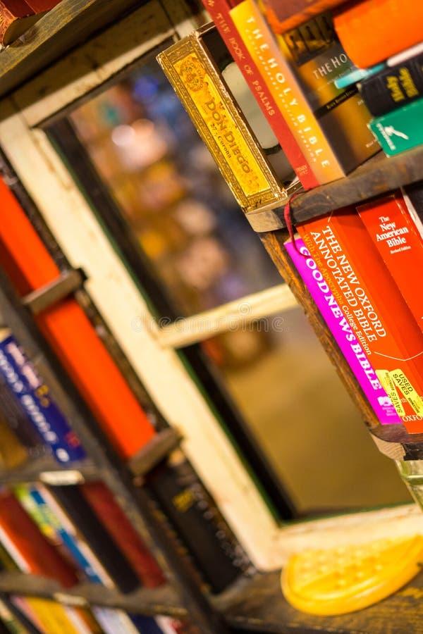 在书架之间的小窗口在最后书店 库存照片