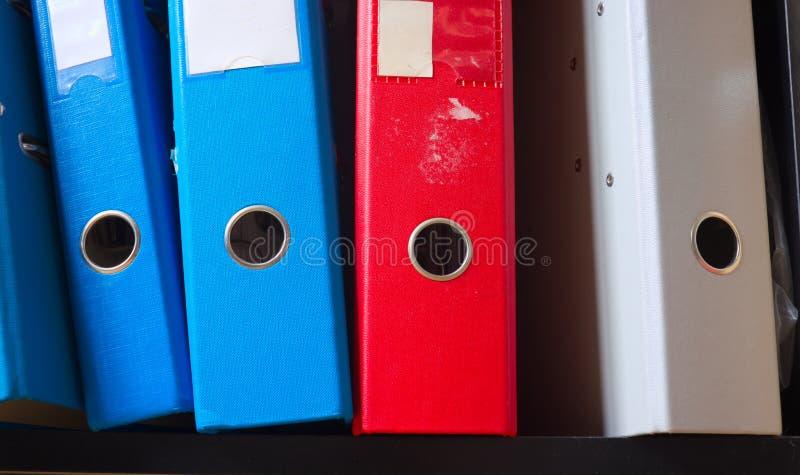 在书架的老文件夹 免版税库存照片