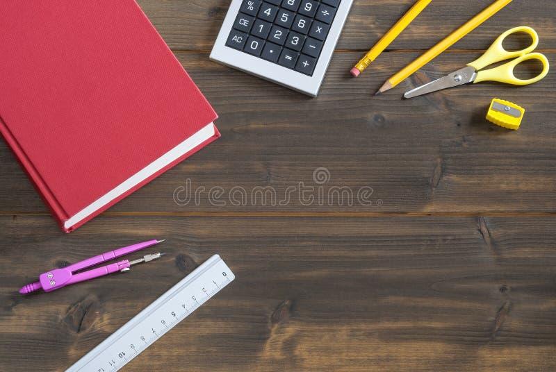 在书桌上的办公用品,回到学校,纸 免版税图库摄影