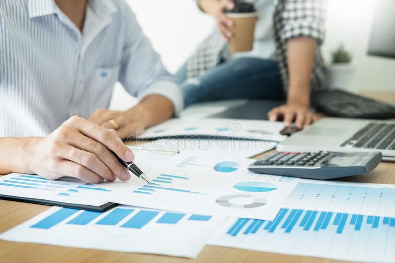 在书桌上的商人运作的分析图表在候选会议地点,公司通信配合概念 免版税库存图片