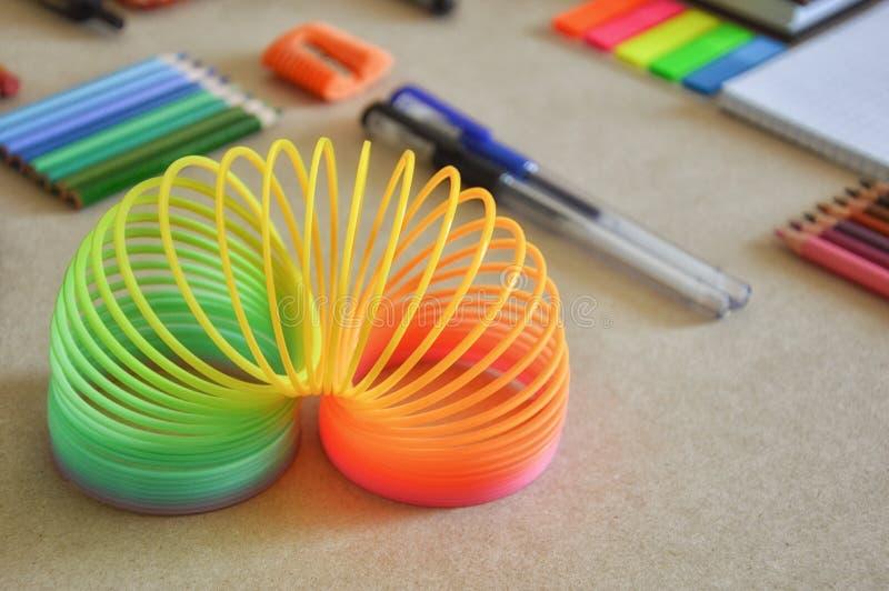 在书桌上的文具 办公室和课题 并且苗条的玩具 免版税库存图片