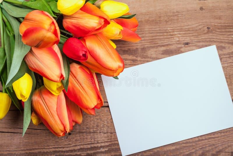 在书桌上的春天花 免版税图库摄影