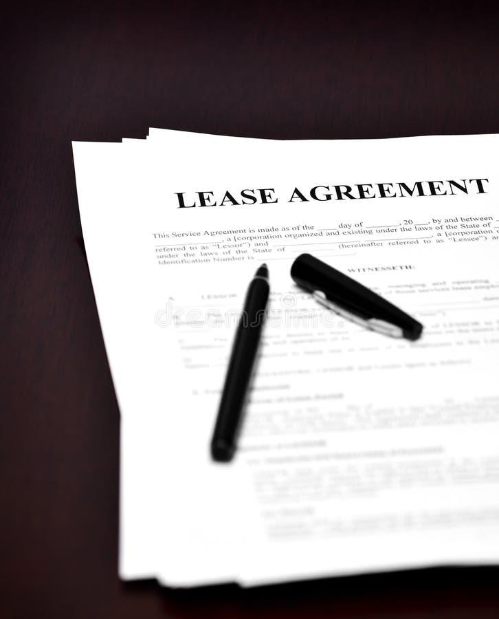 在书桌上的租借协定 库存照片