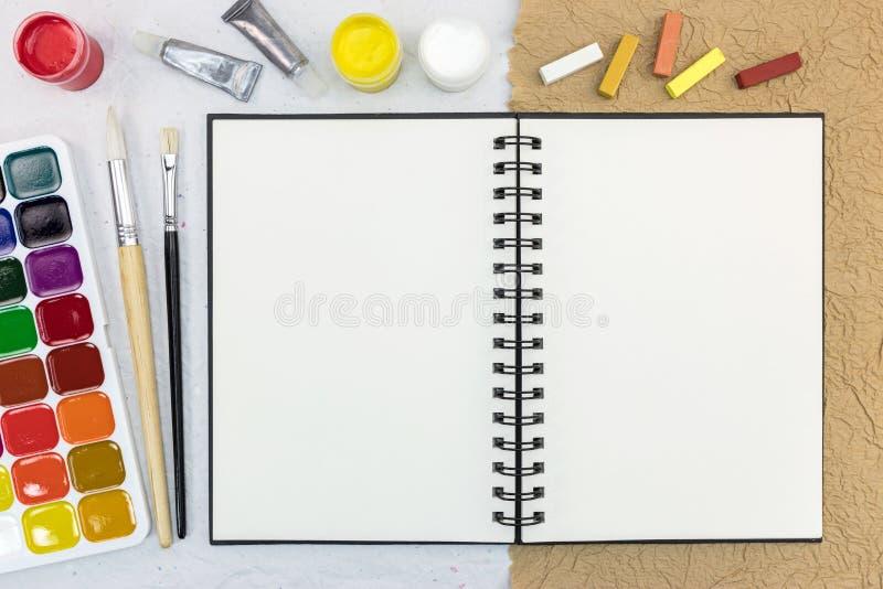 在书桌上的艺术性的工作工具 在视图之上 免版税库存图片