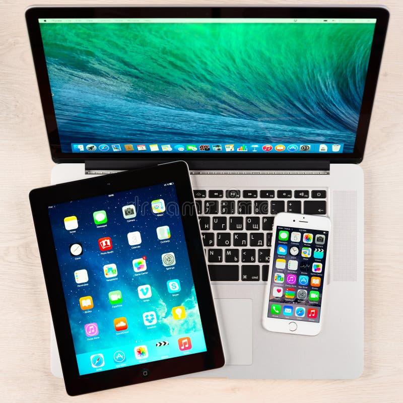 在书桌上的苹果计算机小配件 免版税库存照片