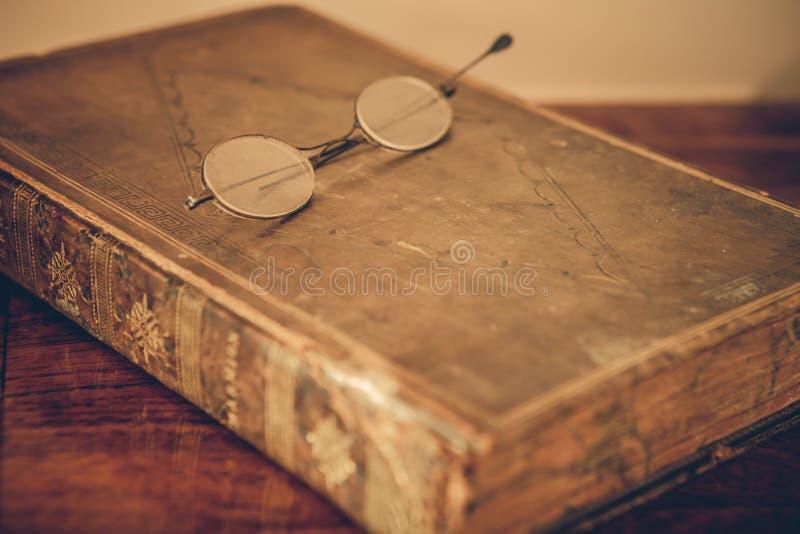 在书桌上的葡萄酒书 免版税库存图片