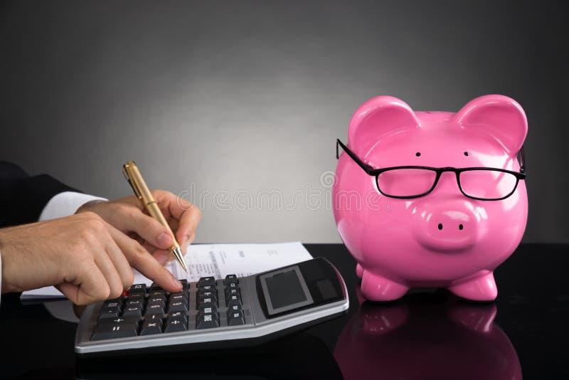 在书桌的买卖人计算的税 库存照片