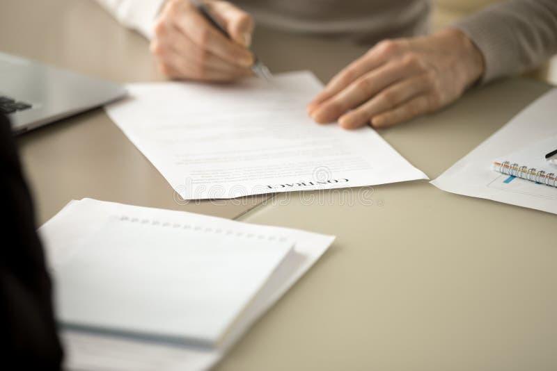 在书桌的商业领袖签署的合同文件 免版税库存图片