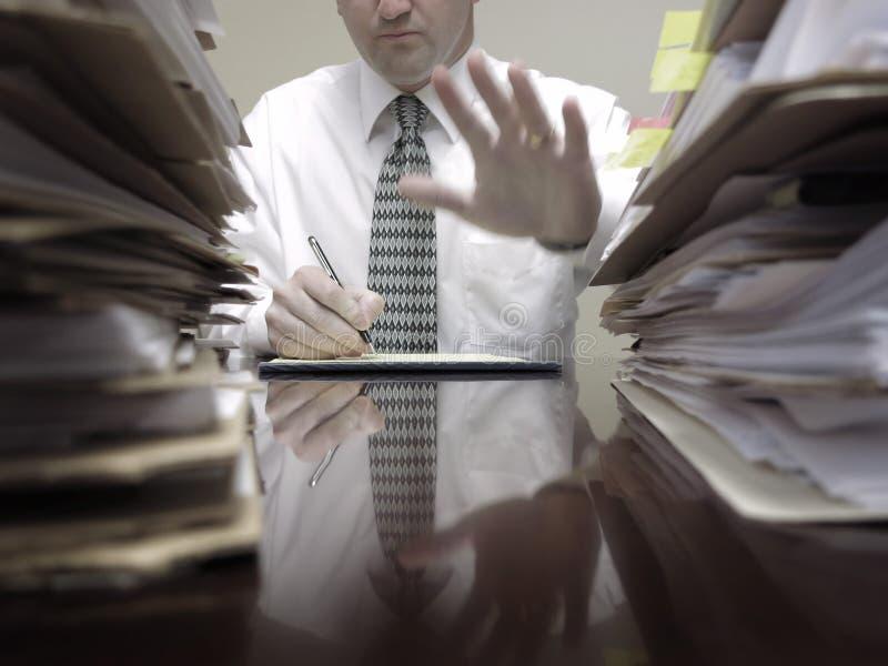 在书桌的商人有文件的举起手的 免版税图库摄影