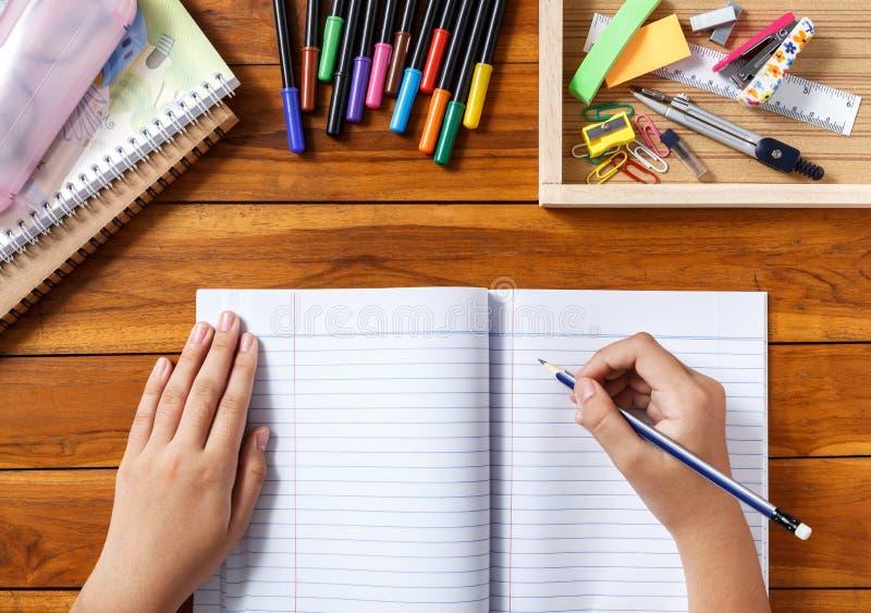 在书桌的女孩文字 免版税库存图片