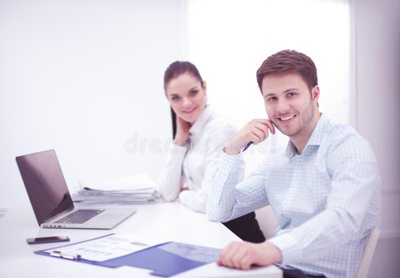 在书桌,白色背景的商人 免版税库存照片