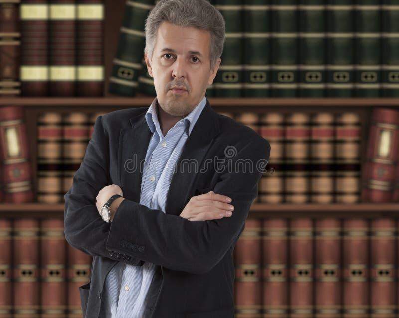 在书橱前面的律师 库存图片