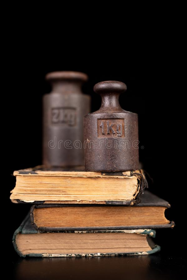 在书的老公斤重量 旧书和称量器 图库摄影