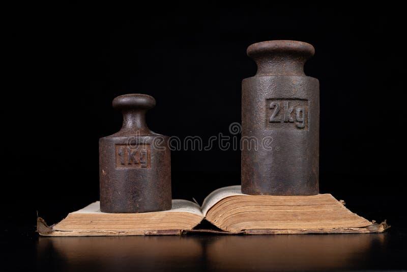 在书的老公斤重量 旧书和称量器 库存图片
