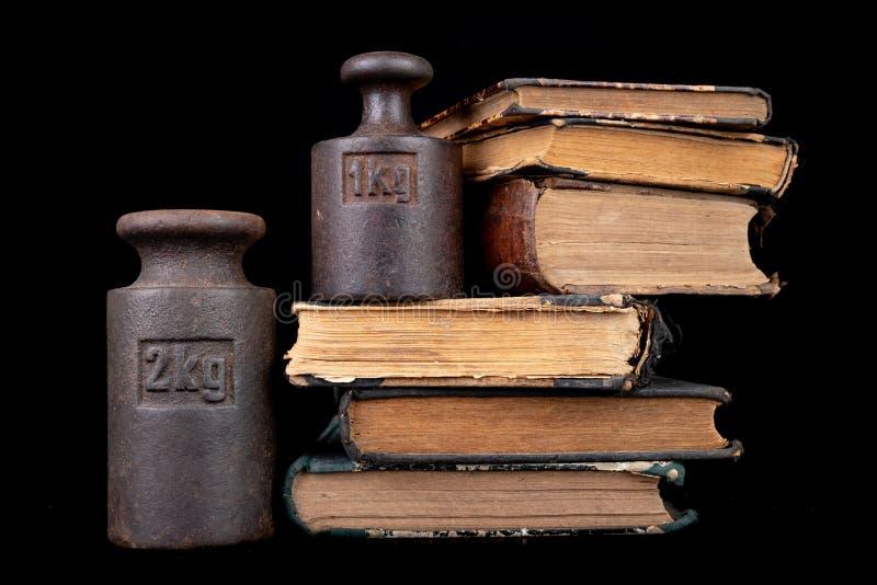 在书的老公斤重量 旧书和称量器 库存照片