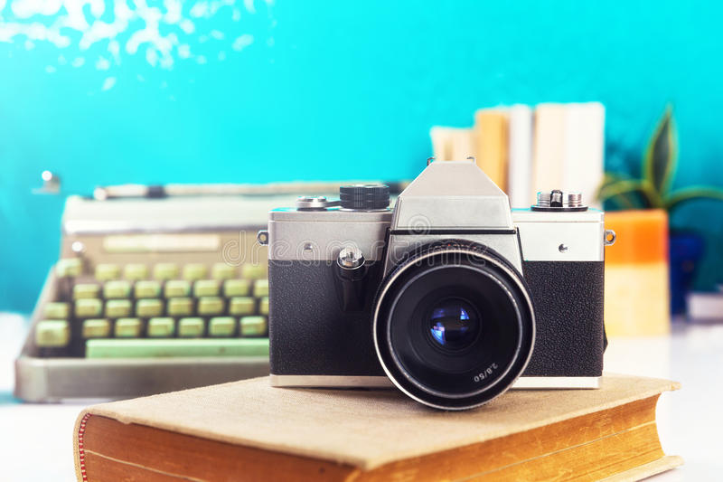 在书的老模式照相机 免版税库存照片