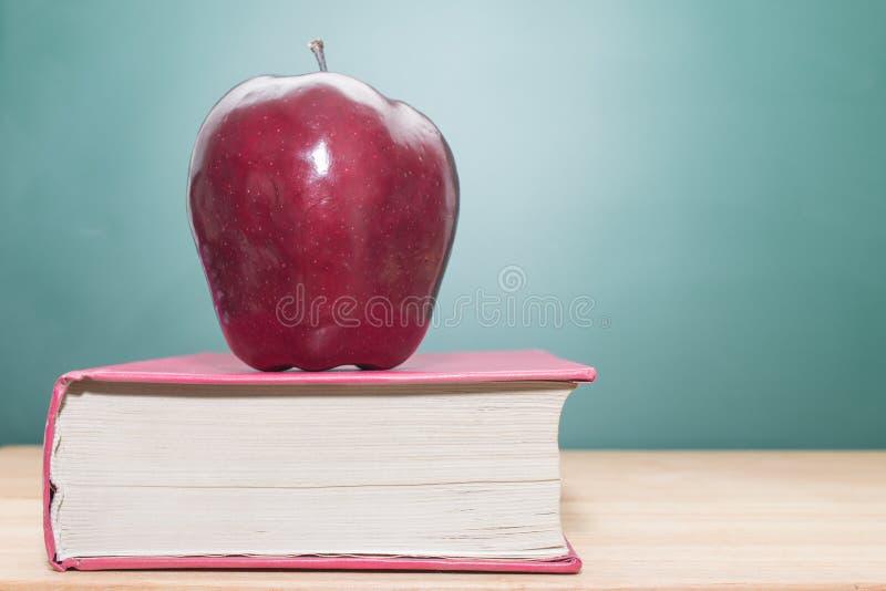 在书的Apple 图库摄影