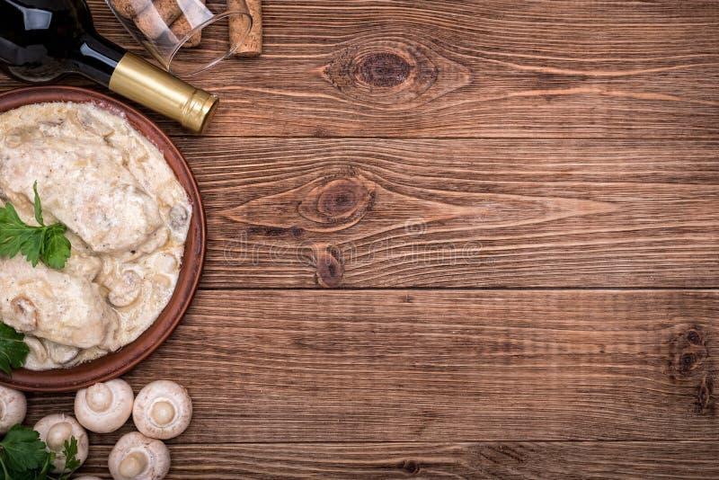 在乳脂状的蘑菇酱油的鸡胸脯 库存照片