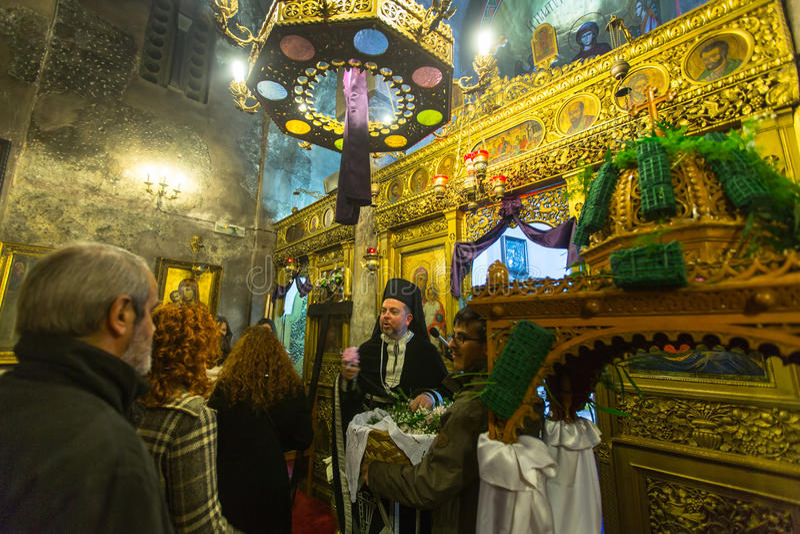 在了不起的星期五,人们在正统复活节- Vespers的庆祝时 图库摄影