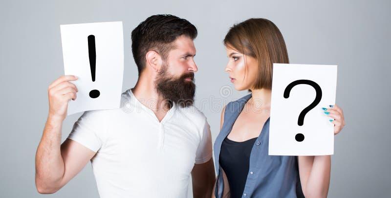 在争吵的夫妇 标记问题 妇女和一个人问题,感叹号 在两人之间的争吵 沉思 图库摄影