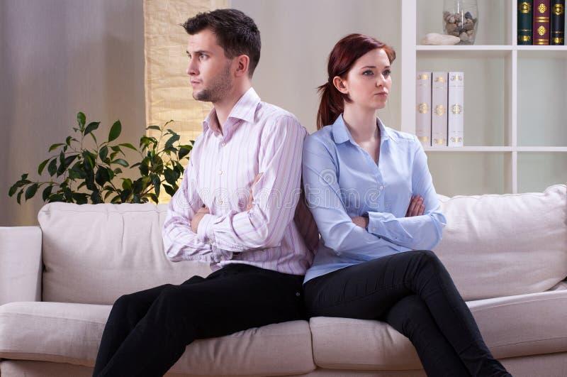 在争吵以后的恼怒的婚姻 库存照片