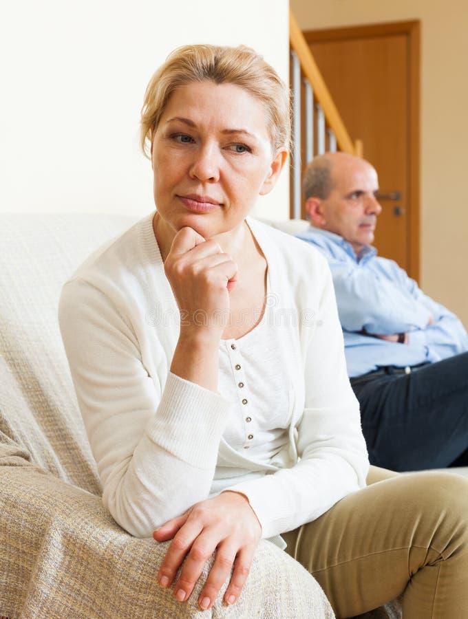 在争吵以后的成熟夫妇在家 免版税库存照片