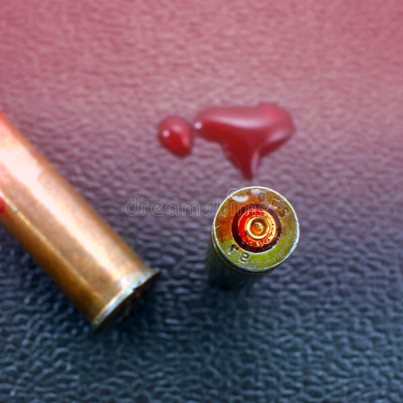 在争斗,一滴血液以后的军事子弹壳 在全世界的战争 免版税图库摄影