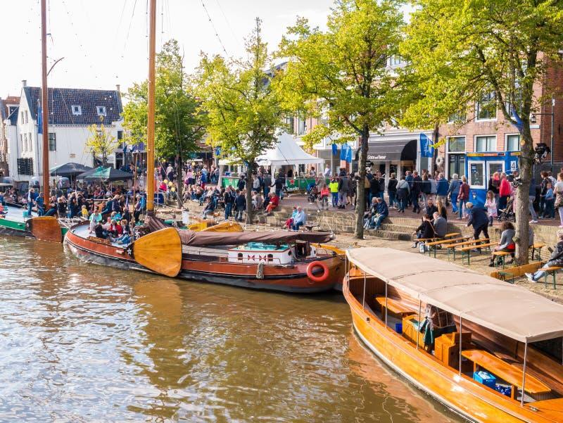 在事件海军部天期间,人们和历史的小船在老港口,多克姆,弗里斯,荷兰 库存图片