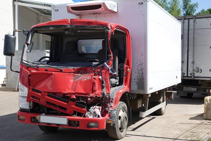 在事故以后的卡车在停车场 库存图片