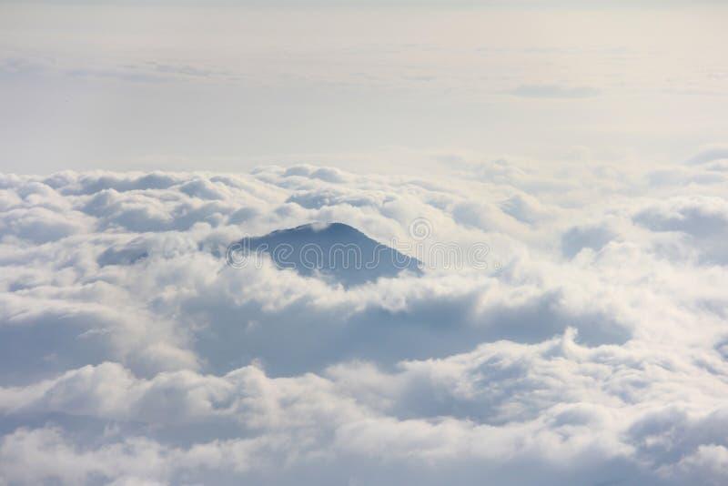 在云彩上海的山峰  免版税库存照片