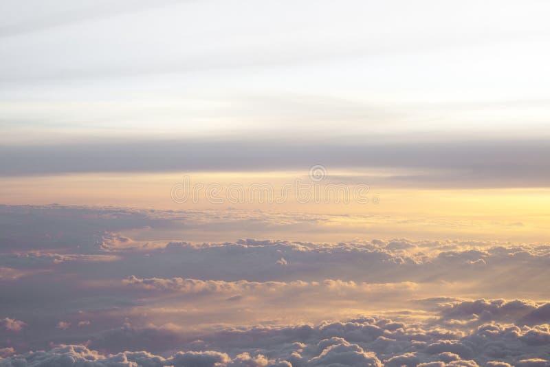 在云彩上的上流与美好的日落光 免版税库存照片