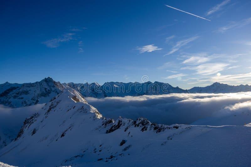 在云彩上的不可思议的日落, Passo Tonale 库存照片