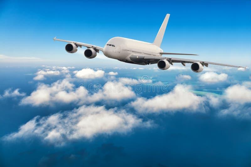 Download 在云彩上的商业喷气机飞行 库存照片. 图片 包括有 beautifuler, 巡航, 豪华, 云彩, 航空 - 72367030