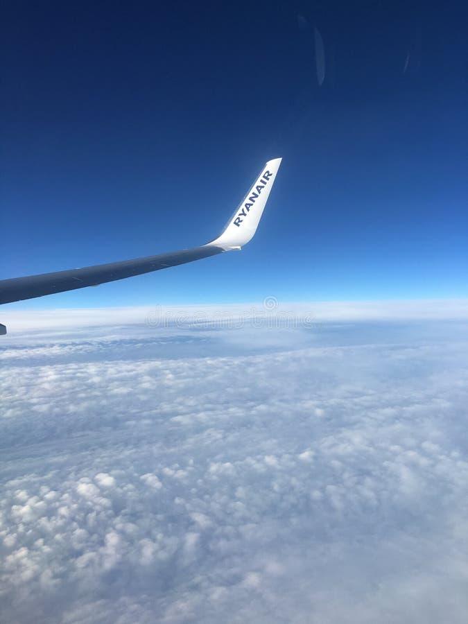 在云彩上的瑞安航空公司 库存图片
