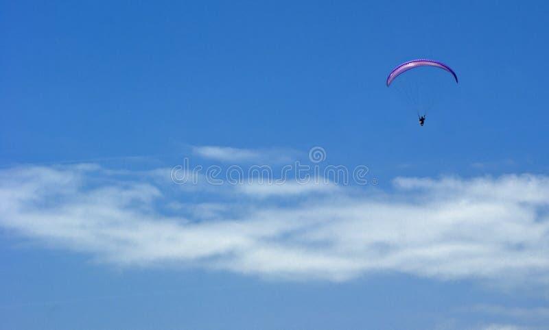 在云彩上的跳伞运动员无危险天空 免版税库存照片