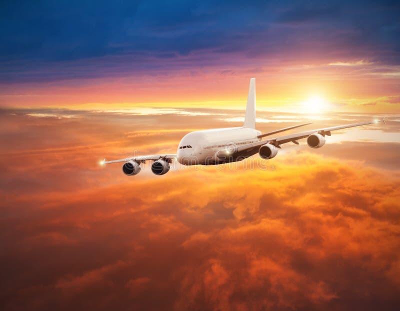 Download 在云彩上的飞机飞行在剧烈的日落 库存照片. 图片 包括有 超大, 展望期, 秋田, 到达, alameda - 72367088