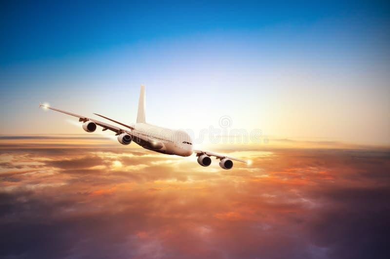 Download 在云彩上的飞机飞行在剧烈的日落 库存照片. 图片 包括有 飞行, 安全性, 巡航, 航空, 乘客, 机场 - 72367754
