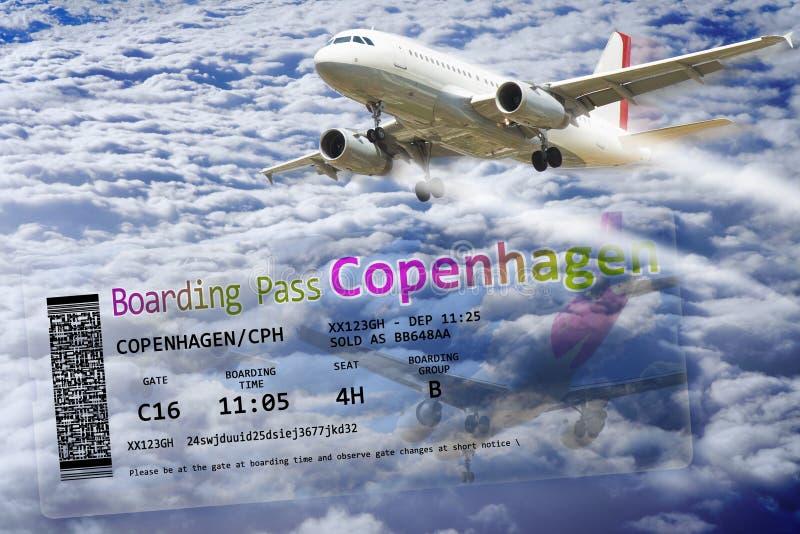 在云彩上的飞机飞行-与航空公司登机牌票的概念图象向哥本哈根欧洲-丹麦 免版税库存照片