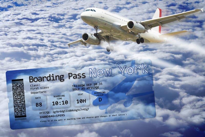 在云彩上的飞机飞行-与航空公司登机牌票的概念图象向纽约 库存图片
