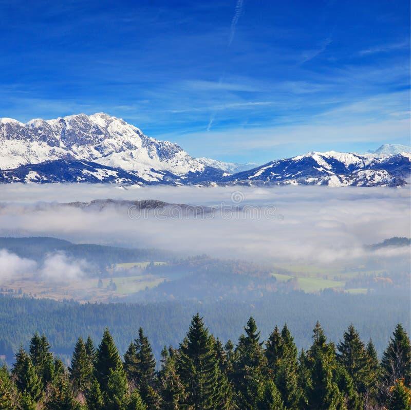 在云彩上的高山 免版税图库摄影