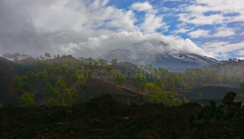 在云彩下的泰德峰火山 图库摄影