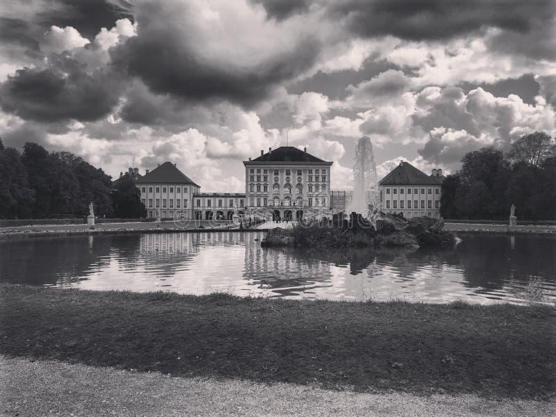 在云彩下的巴法力亚城堡 免版税图库摄影