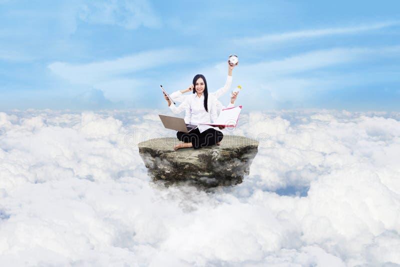 在云彩之上的企业家多任务 免版税库存照片