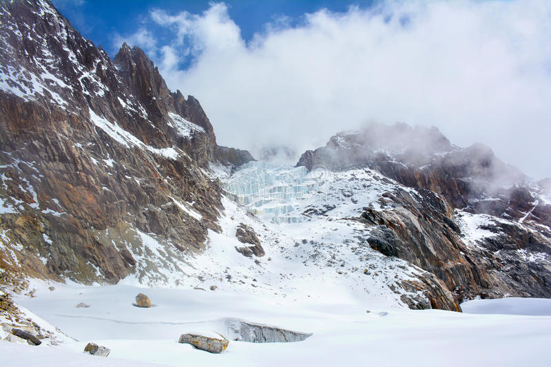 在云彩包裹的喜马拉雅山 从Cho La通行证的看法 图库摄影