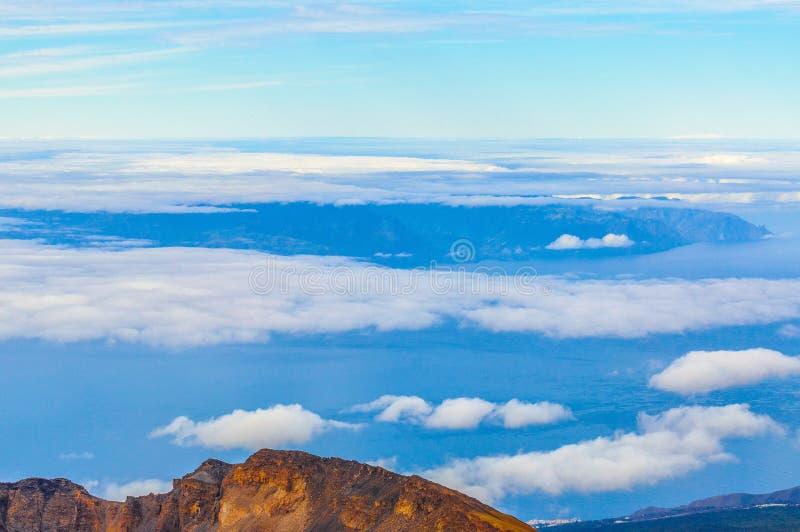 在云彩后的戈梅拉岛海岛在特内里费岛,西班牙 免版税库存图片