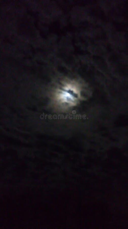 在云彩后的月亮 库存照片