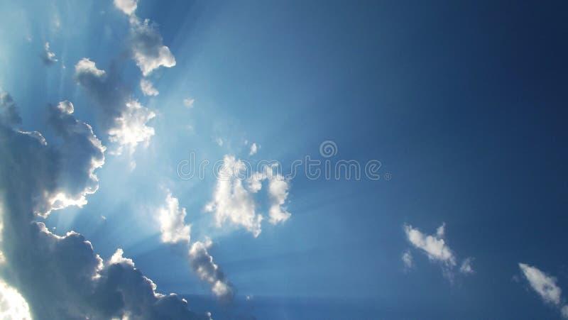 在云彩后的美好的太阳光芒 免版税库存图片